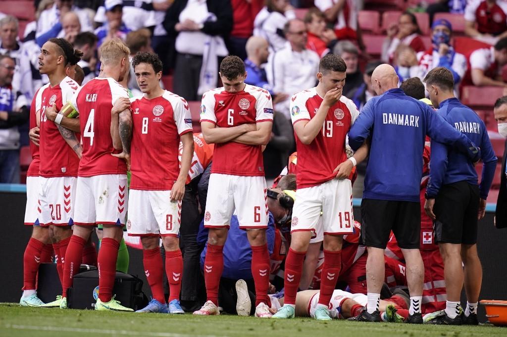 Đồng đội lập rào khi Eriksen bất tỉnh