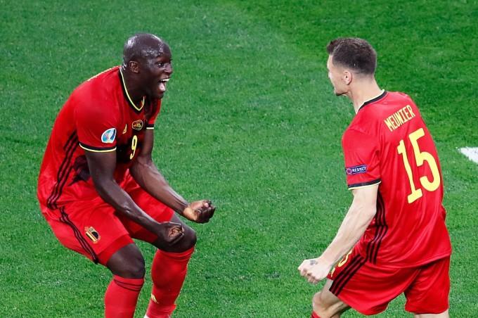 Lukaku mừng bàn thắng ghi cho Bỉ tối 12/6. Ảnh: AFP.