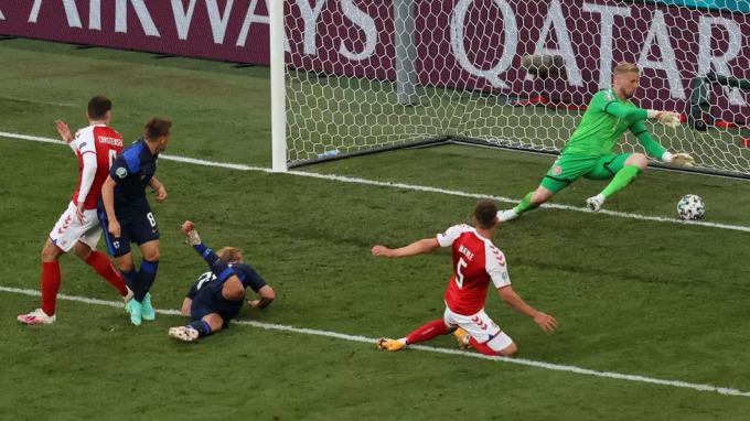 Thủ môn Schmeichel (xanh lá cây) không thể cản pha dứt điểm duy nhất của đối thủ. Ảnh: AFP