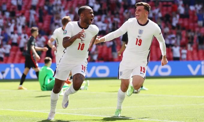 Sterling vỡ òa sau khi ghi bàn đầu tiên tại một giải lớn cho tuyển Anh. Ảnh: Reuters.
