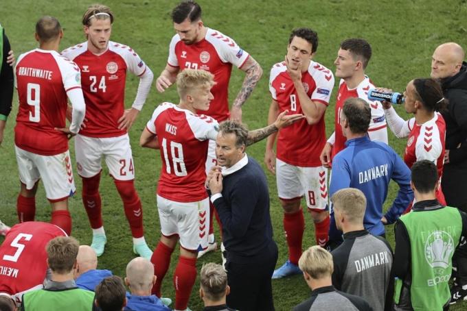 HLV Kasper Hjulmand chỉ dẫn các tuyển thủ Đan Mạch trong giờ giải lao trận tiếp Phần Lan trên sân Parken, Copenhagen hôm 12/6. Ảnh: AP