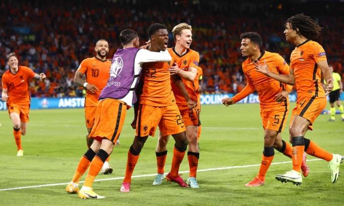 Cầu thủ Hà Lan chia vui với Dumfries (số 22) sau bàn ấn định thắng lợi 3-2. Ảnh: EPA