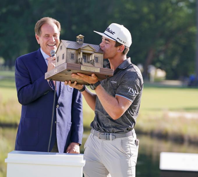 Golfer Nam Phi Higgo nâng chiếc cúp đặc biệt của Palmetto Championship hôm 13/6. Ảnh: USA Today
