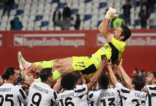 Buffon được các cầu thủ Juventus tung hô sau khi giành Cup quốc gia Italy 2020-2021. Ảnh: Reuters.