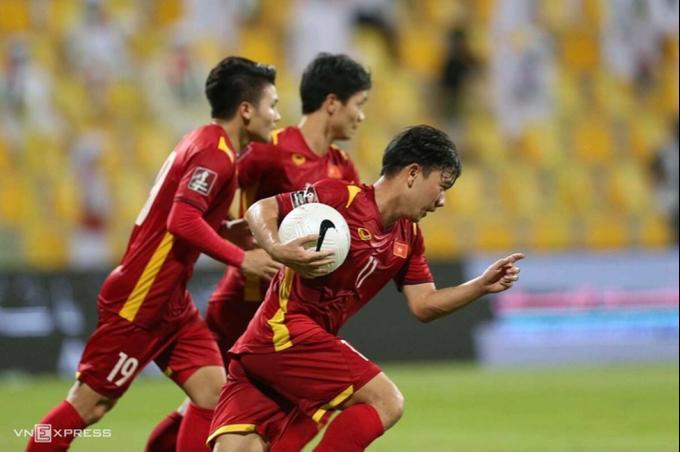 Minh Vương ôm bóng, lao về điểm giao ở giữa sân sau khi rút ngắn tỷ số xuống 2-3 trong trận UAE. Ảnh: Lâm Thỏa.