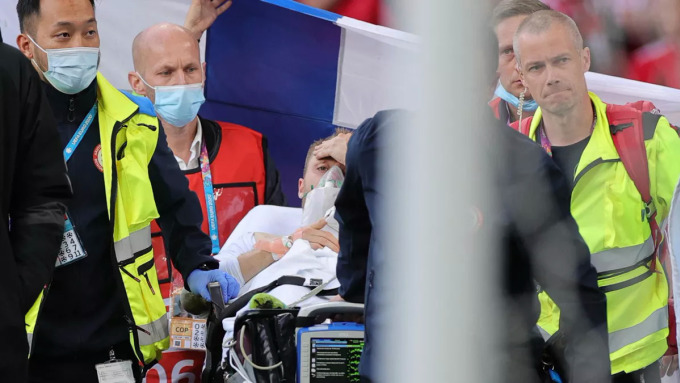 Eriksen hồi tỉnh ngay trên sân Parken sau khi được sơ cứu hôm 12/6. Ảnh: Reuters