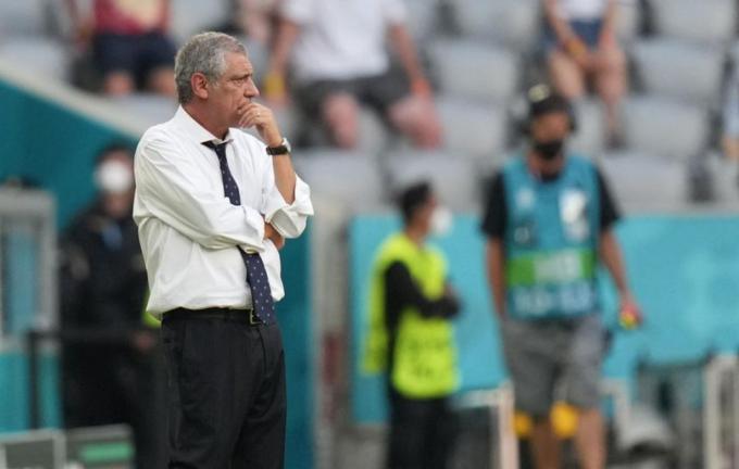 Santos đăm chiêu khi quan sát các học trò gồng mình chiến đấu trong ít phút cuối trận thua chủ nhà Đức 2-4 hôm 19/6. Ảnh: Reuters