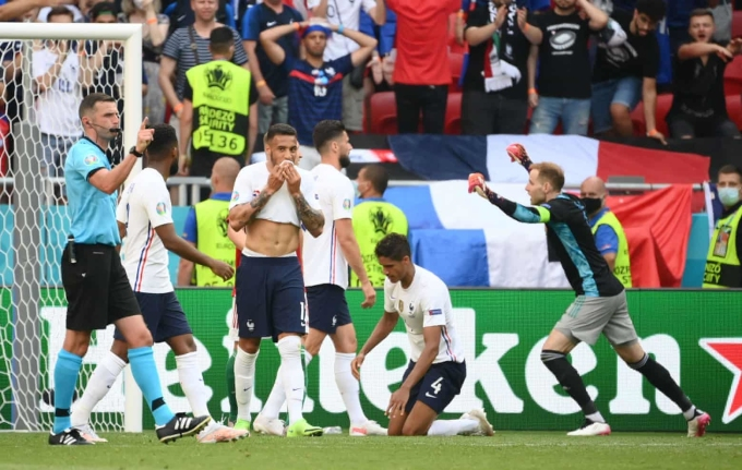 Các cầu thủ Pháp thất vọng sau tiếng còi mãn cuộc của trọng tài trên sân Puskas. Ảnh: Reuters