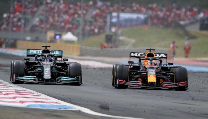 Verstappen (phải) so kè rồi vượt lên trên Hamilton ở nửa đầu vòng cuối. Ảnh: Formula 1