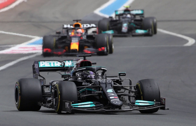 Hamilton đã tiến rất gần đến chiến thắng, nhưng sai lầm về chiến thuật lốp của Mercedes khiến anh phải chấp nhận về nhì. Ảnh: Reuters