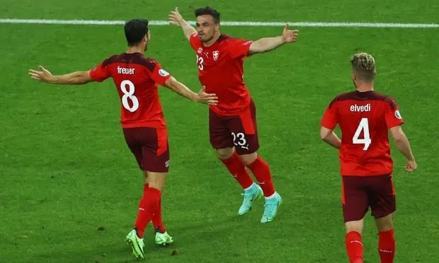 Shaqiri lập cú đúp, giúp Thụy Sĩ nắm chắc chiến thắng trước Thổ Nhĩ Kỳ. Ảnh: Reuters.