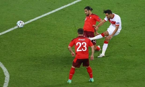 Cú sút xa bằng chân trái đẹp mắt của Kahveci là bàn duy nhất của Thổ Nhĩ Kỳ tại Euro 2021. Ảnh: EPA.