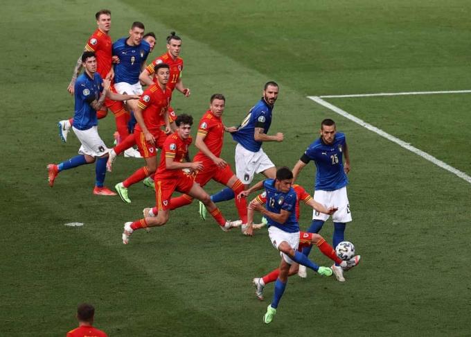 Cú đá khéo của Pessina đem về bàn mở tỷ số cho Italy. Ảnh: AP