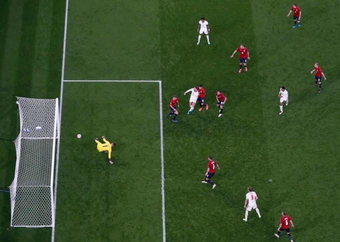 Henderson trong tình huống dứt điểm tung lưới CH Czech nhưng không được công nhận bàn thắng về cuối trận đấu tại Wembley hôm 22/6. Ảnh: Reuters
