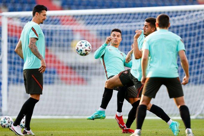 Ronaldo và đồng đội trong buổi tập trên sân Ferenc Puskas, Budapest, Hungary hôm 22/6. Ảnh: FPF