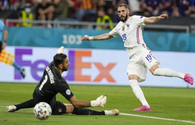Benzema trong tình huống nâng tỷ số lên 2-1 cho tuyển Pháp. Ảnh: AP
