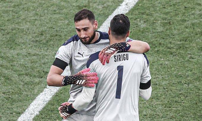 Donnarumma rời sân nhường chỗ cho Sirigu cuối trận Italy thắng Xứ Wales 1-0. Ảnh: ANSA