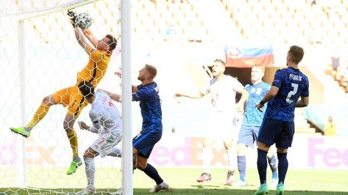 Dubravka (vàng) đẩy bóng vào lưới nhà. Ảnh : Reuters