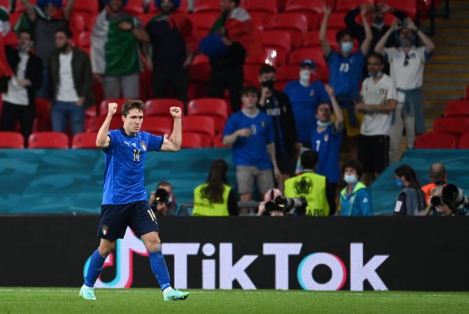 Federico Chiesa mở toang cánh cửa dẫn đến chiến thắng cho Italy. Ảnh: Reuters.