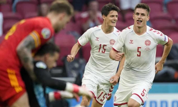 Maehle (số 5) mừng bàn nâng tỷ số lên 3-0 trước Wales hôm 26/6. Ảnh: AP
