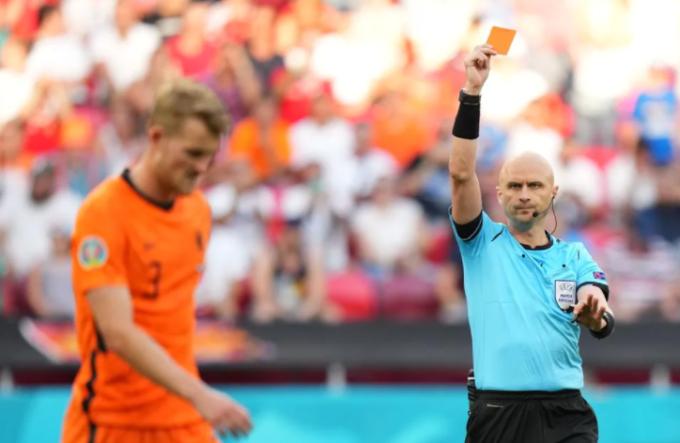 De Ligt (cam) bị đuổi khiến Hà Lan mất hoàn toàn thế trận. Ảnh: Reuters