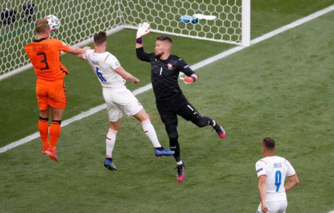 Hà Lan (áo cam) sở hữu nhiều cơ hội trong 15 phút đầu. Ảnh: Reuters