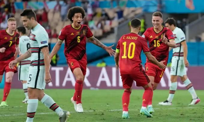 Hazard chia vui cùng đồng đội sau khi ghi bàn mở tỷ số. Ảnh: Pool.
