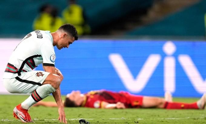 Ronaldo gục xuống sân buồn bã sau khi trọng tài thổi còi mãn cuộc. Ảnh: AP.