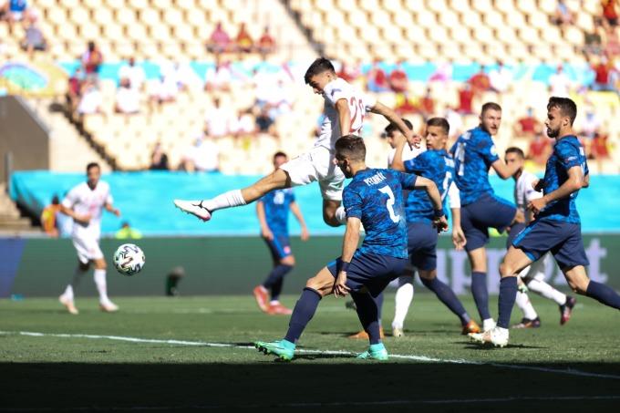 Pedri chơi thăng hoa trong trận thắng Slovakia 5-0 ở lượt cuối vòng bảng hôm 23/6. Ảnh: EFE