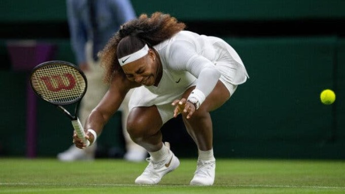 Serena chịu nhiều chấn thương trong giai đoạn cuối sự nghiệp. Tháng trước, cô thua ở vòng bốn Roland Garros. Ảnh: Wimbledon
