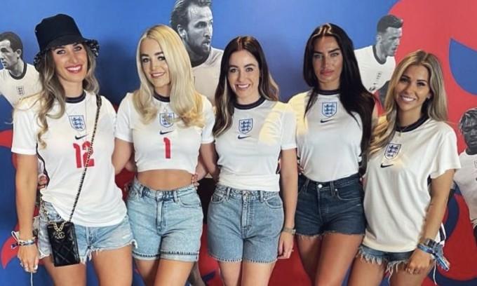Vợ và bạn gái các cầu thủ Anh trong một sự kiện cổ vũ Tam Sư. Ảnh: Instagram.