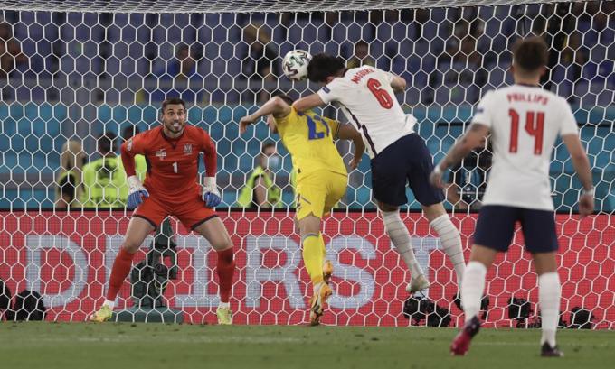 Tình huống Maguire (số 6) đánh đầu nâng tỷ số lên 2-0. Ảnh: UEFA