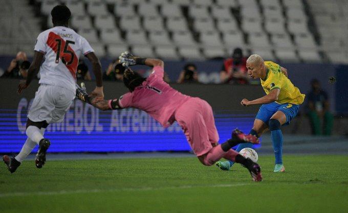 Richarlison bỏ lỡ nhiều cơ hội ở trận gặp Peru. Ảnh: Reuters