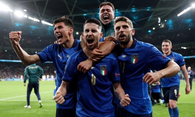 Các đồng đội chia vui với Jorginho sau khi tiền vệ đeo áo số 8 đá thành công quả luân lưu quyết định, giúp Italy thắng 4-2, vào chung kết Euro 2021. Ảnh: Reuters