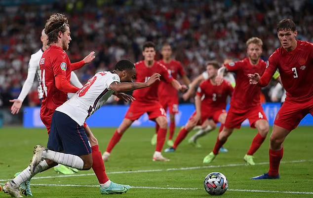 Sterling ngã trong vòng cấm Đan Mạch. Ảnh: AP.