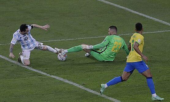 Pha bỏ lỡ của Messi ở phút 88. Ảnh: AP
