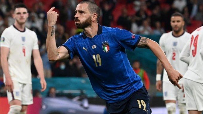 Bonucci mừng bàn gỡ hoà 1-1. Anh là cầu thủ lớn tuổi nhất ghi bàn trong một trận chung kết Euro. Ảnh: UEFA