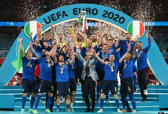HLV Mancini cùng các tuyển thủ Italy nâng cao chiếc cúp Henry Delaunay dành cho nhà vô địch Euro. Ảnh: UEFA