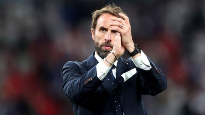 Nếu các cầu thủ không đá hỏng luân lưu, Southgate đã trở thành người hùng của nước Anh. Ảnh: Reuters.