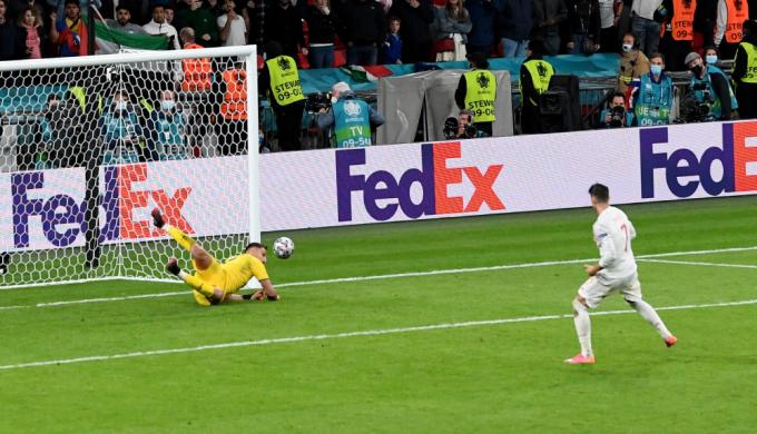 Morata đá hỏng luân lưu khiến Tây Ban Nha thua Italy 2-4 trong loạt luân lưu trận bán kết. Ảnh: Reuters.