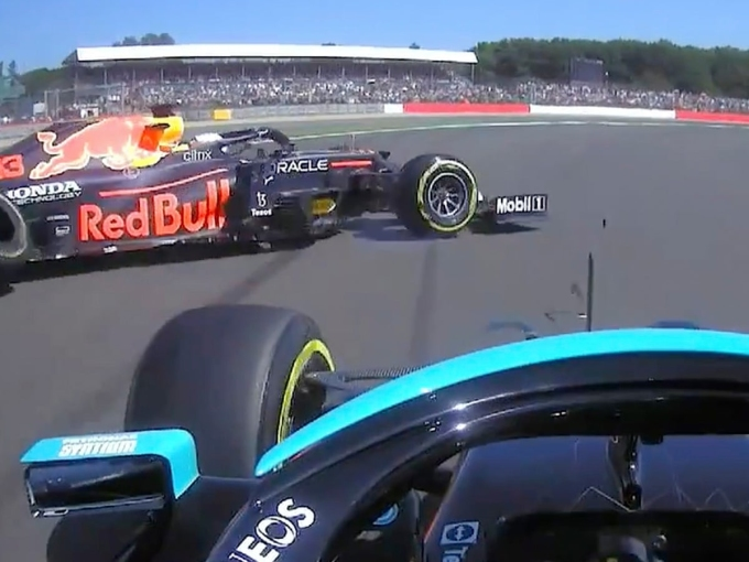 Khoảnh khắc chiếc RB16B của Verstappen văng khỏi đường đua trong tai nạn vì va chạm với Hamilton trên đường đua Silverstone, Grand Prix Anh hôm 18/7.