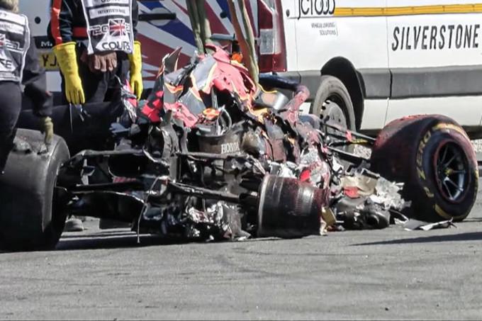 Chiếc xe của Verstappen bị hư hỏng nặng sau tai nạn. Ảnh: Planet F1