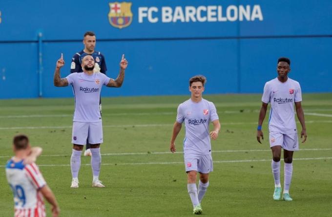 Depay mừng bàn đầu tiên cho Barca. Ảnh: EFE.