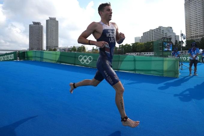 McDowell trong cuộc thi ba môn phối hợp ở Tokyo hôm 26/7. Ảnh: NBC