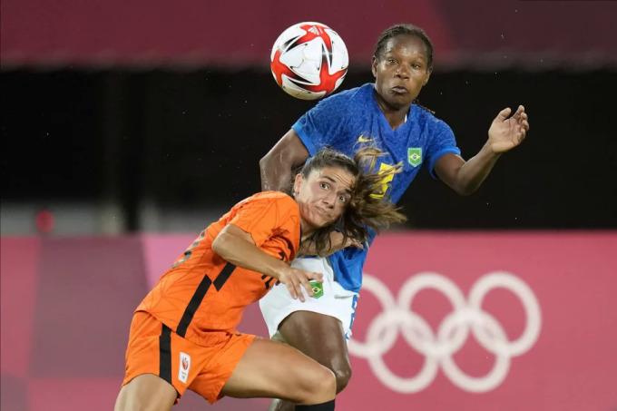 Formiga (áo xanh) trong một pha truy cản ở trận Brazil hoà Hà Lan 3-3 ở lượt hai vòng bảng bóng đá nữ hôm 24/7. Ảnh: Reuters