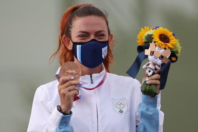 Xạ thủ San Marino Alessandra Perilli xúc động khi nhận tấm HC đồng bắn đĩa nữ Olympic Tokyo 2020 cùng bó hoa chúc mừng của nước chủ nhà Nhật Bản hôm 29/7. Ảnh: Tokyo 2020