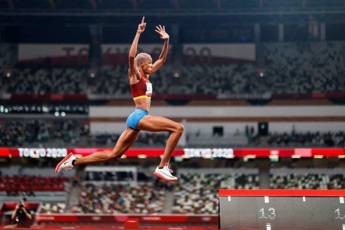 Rojas trong cú nhảy lập kỷ lục thế giới trên sân Olympic, Sapporo tối 1/8. Ảnh: AFP