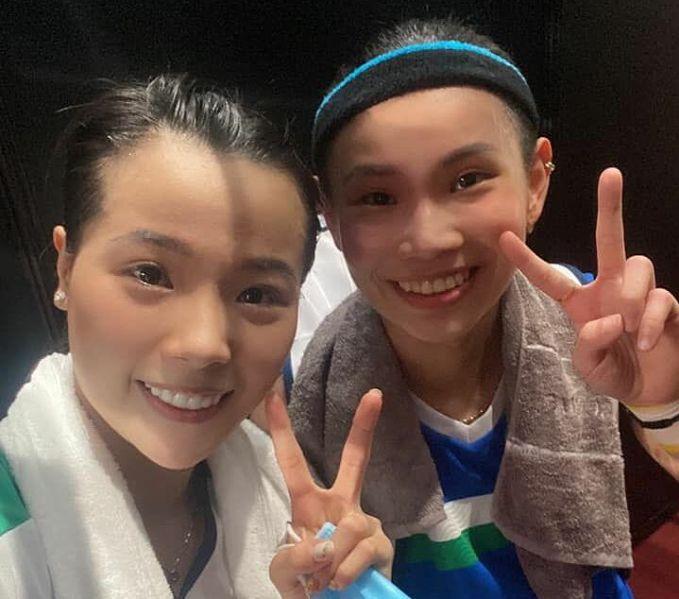 Thuỳ Linh (trái) chụp ảnh selfie cùng Tai Tzu Ying.