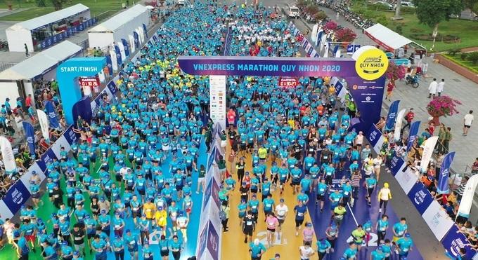 Hàng nghìn vận động viên chuẩn bị xuất phát tại VnExpress Marathon Quy Nhơn.