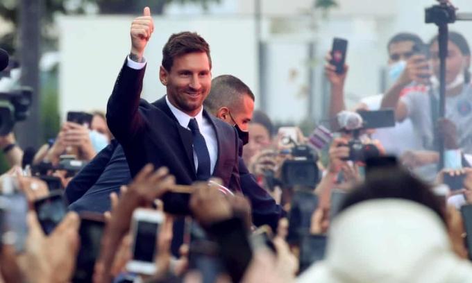 Messi ra mắt CĐV PSG ngoài sân Parc des Princes. Ảnh: Reuters